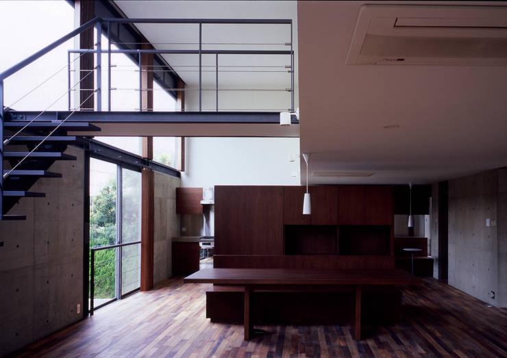 世田谷・桜の住宅: 井上洋介建築研究所が手掛けたリビングです。