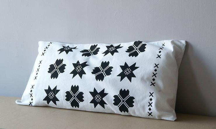 poduszki ze wzorem suwalskim: styl , w kategorii Sypialnia zaprojektowany przez MAQUDESIGN