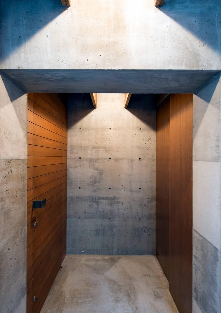 中浦和の住宅: 井上洋介建築研究所が手掛けた壁です。