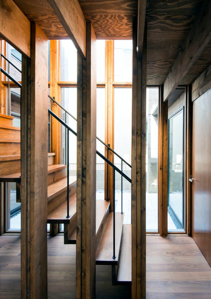 中浦和の住宅: 井上洋介建築研究所が手掛けた廊下 & 玄関です。