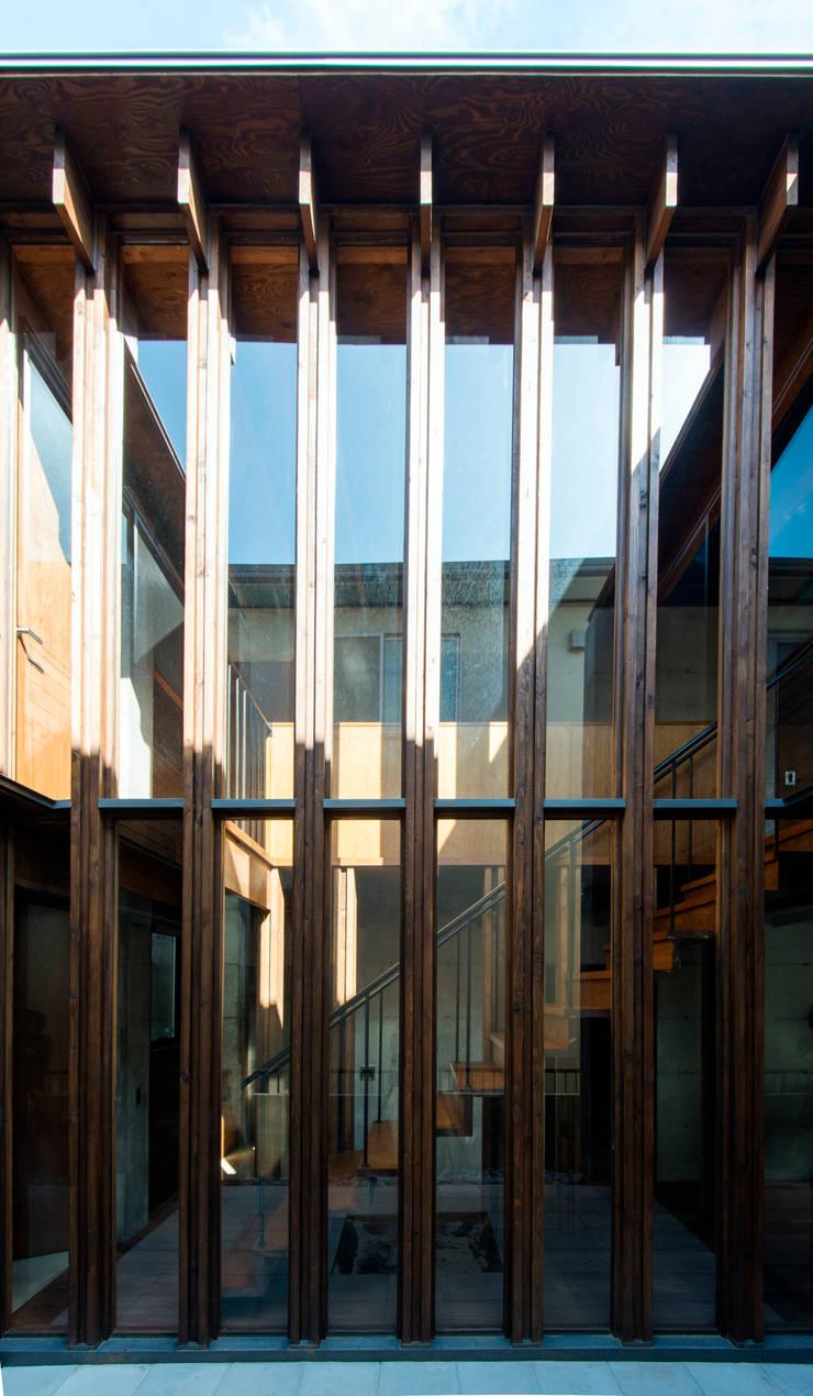 中浦和の住宅: 井上洋介建築研究所が手掛けた庭です。