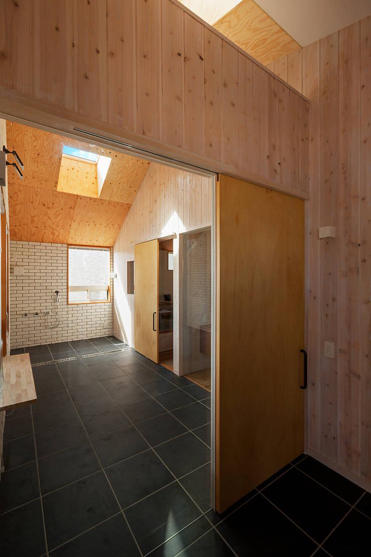 近江八幡の家・玄関: タクタク/クニヤス建築設計が手掛けた浴室です。