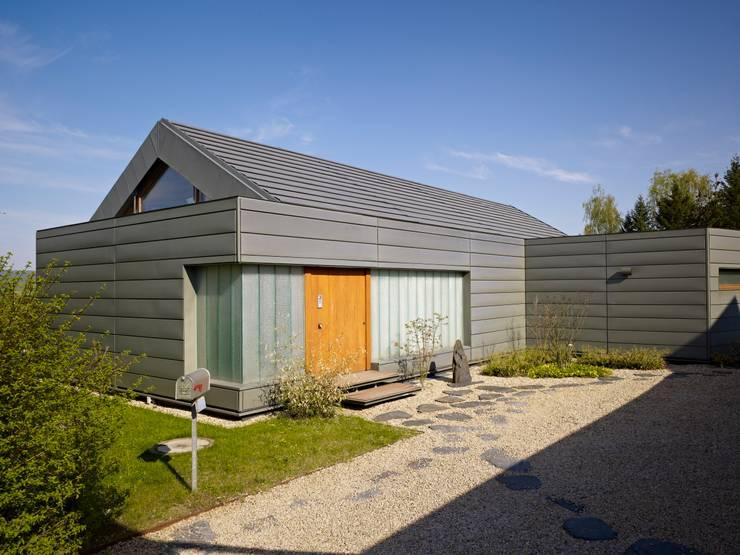 Einfamilienhaus markant reduziert:  Häuser von PAPTISTELLA architekten gmbh