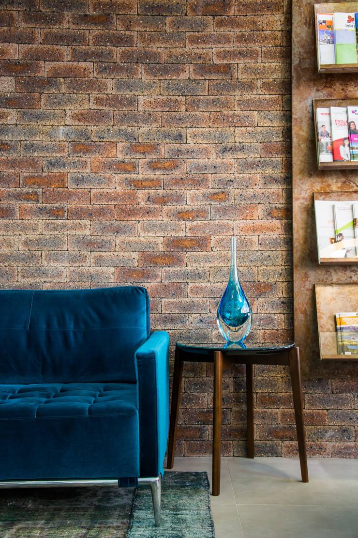 Agencia de Viagens: Salas de estar modernas por Mariana M Simoes arquitetura conceitual