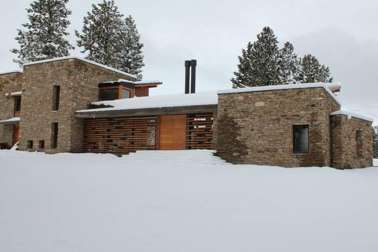 Casa Chapelco Golf - Patagonia Argentina: Casas de estilo  por Aguirre Arquitectura Patagonica