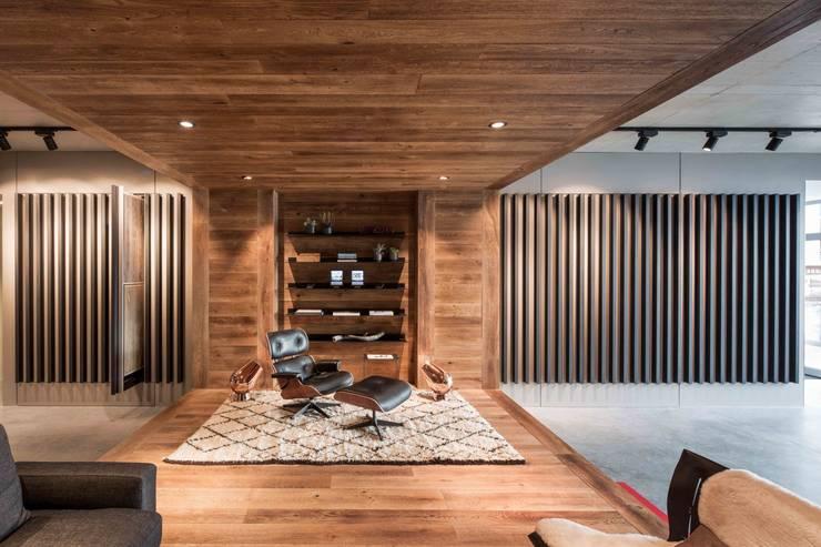 Showroom design – Hakwood Studio Tirol:  Kantoor- & winkelruimten door Standard Studio - Amsterdam, Eclectisch