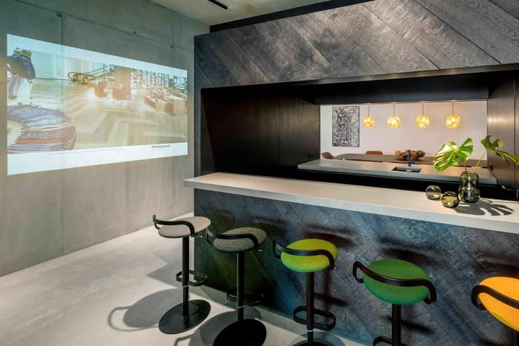 Showroom design – Hakwood Studio Tirol:  Hotels door Standard Studio - Amsterdam, Eclectisch