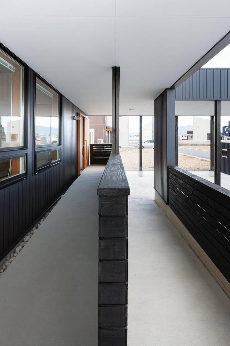 近江八幡の家・スロープ: タクタク/クニヤス建築設計が手掛けた家です。