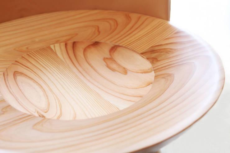Kotori chair: mizmiz designが手掛けたリビングルームです。