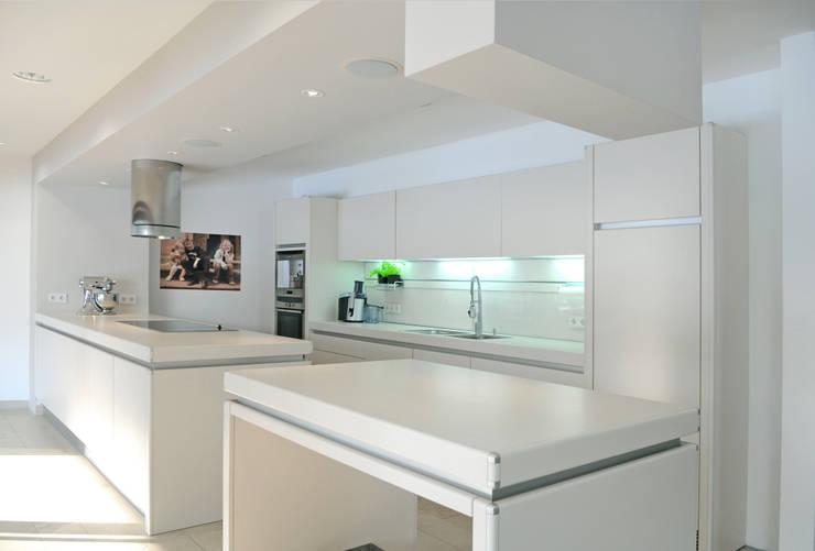 Einfamilienhaus markant reduziert:  Küche von PAPTISTELLA architekten gmbh
