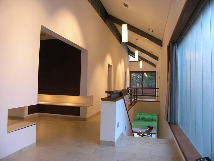 Einfamilienhaus markant reduziert:  Flur & Diele von PAPTISTELLA architekten gmbh