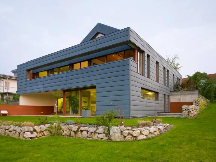 Einfamilienhaus markant reduziert: moderne Häuser von PAPTISTELLA architekten gmbh