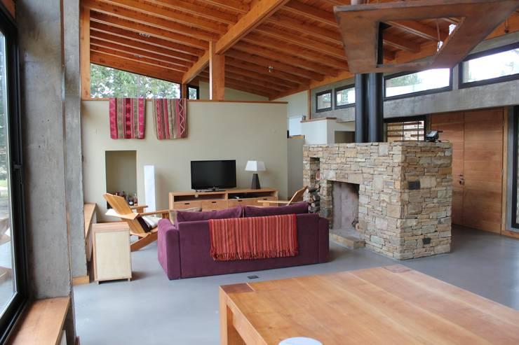 Casa Chapelco Golf - Patagonia Argentina: Livings de estilo moderno por Aguirre Arquitectura Patagonica