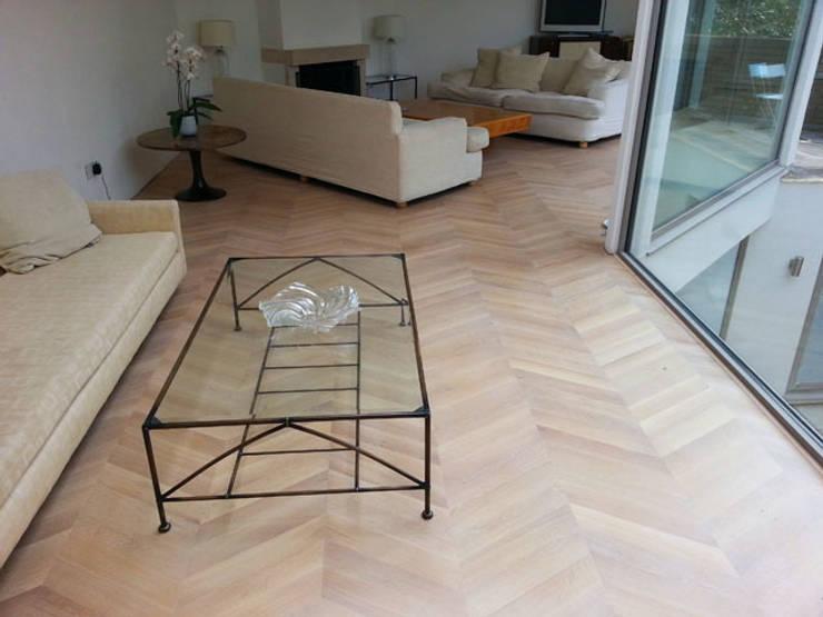 Oak Chevron Parquet Flooring:  Living room by Luxury Wood Flooring Ltd
