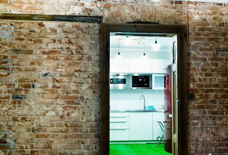 Mieszkanie w starej kamienicy: styl , w kategorii Kuchnia zaprojektowany przez Pracownia B2