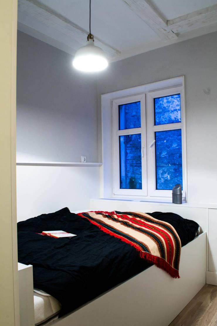 Mieszkanie w starej kamienicy: styl , w kategorii Sypialnia zaprojektowany przez Pracownia B2