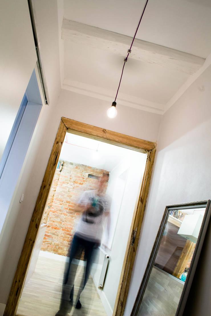Mieszkanie w starej kamienicy: styl , w kategorii Korytarz, przedpokój zaprojektowany przez Pracownia B2