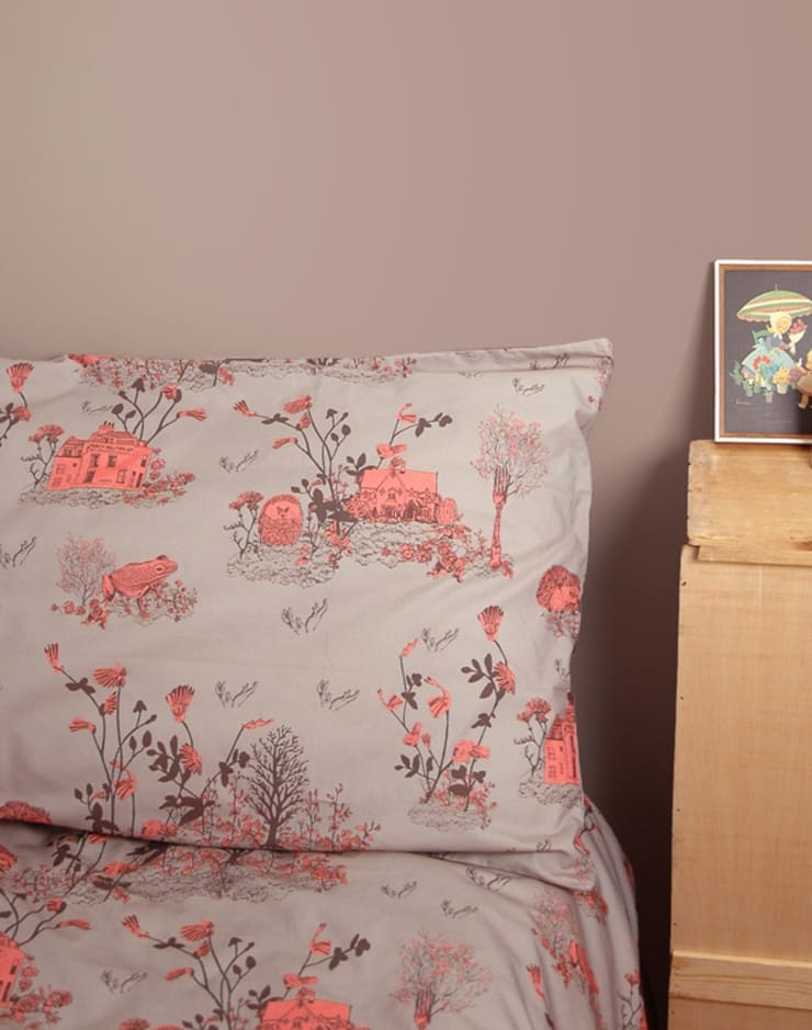 Woodlands Bed Linen Brown Pink:  Bedroom by Sian Zeng