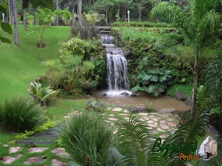 Muro de pedra para lago: Jardins  por Bizzarri Pedras,