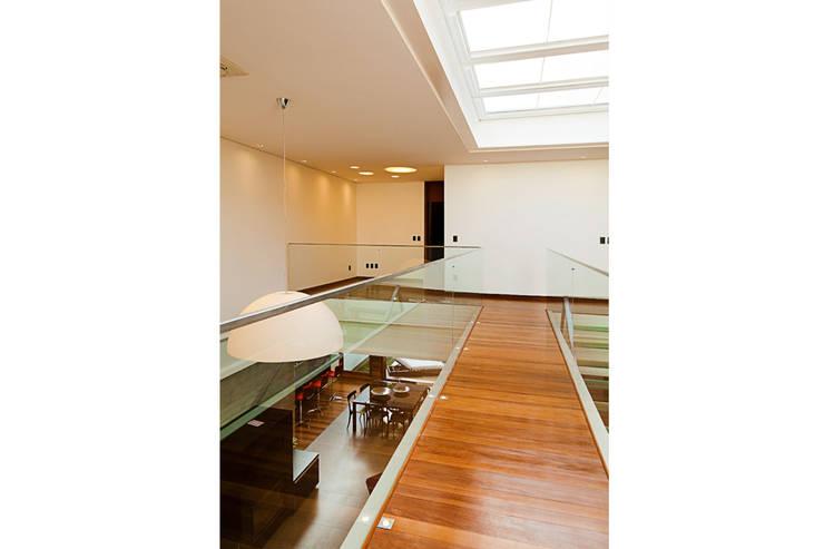 CASA HAACK: Corredores e halls de entrada  por 4D Arquitetura