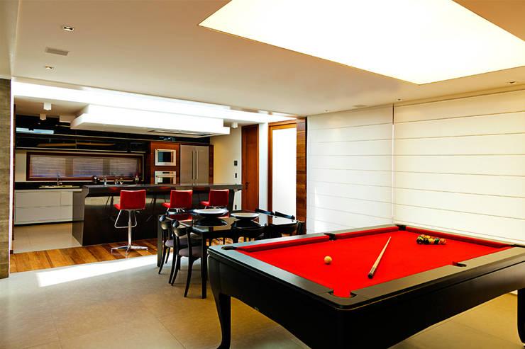 CASA HAACK: Salas de jantar  por 4D Arquitetura