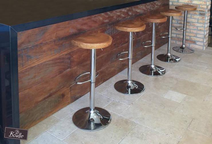 Banquetas em madeira maciça e pés cromados: Cozinha  por Boulle