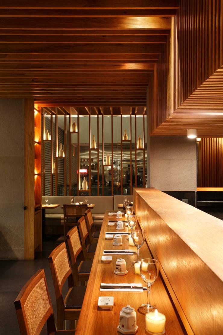 Restaurante Kotobuki: Espaços gastronômicos  por Ivan Rezende Arquitetura