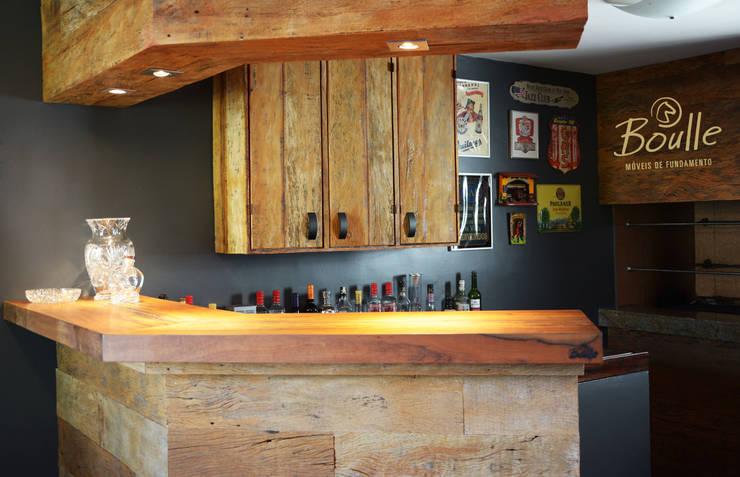 Bar em madeira maciça: Adegas rústicas por Boulle