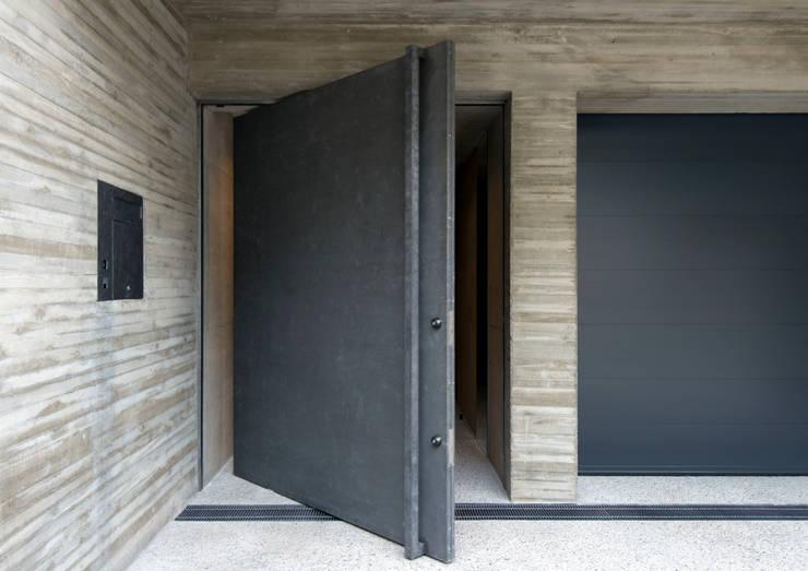 代官山の住宅 / 井上洋介建築研究所: 井上洋介建築研究所が手掛けた窓です。