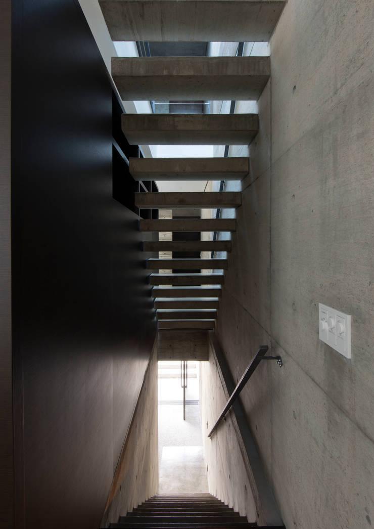 代官山の住宅 / 井上洋介建築研究所: 井上洋介建築研究所が手掛けた廊下 & 玄関です。