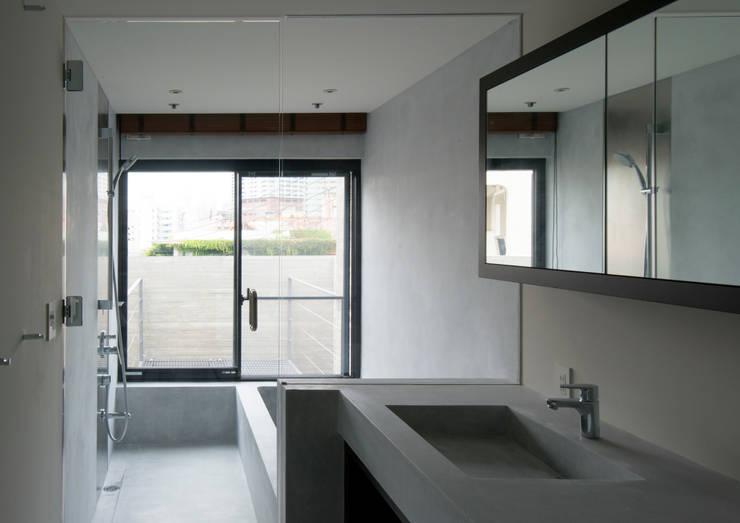 代官山の住宅 / 井上洋介建築研究所: 井上洋介建築研究所が手掛けた浴室です。
