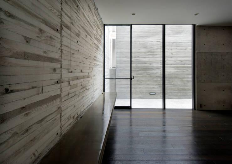 代官山の住宅 / 井上洋介建築研究所: 井上洋介建築研究所が手掛けたリビングです。