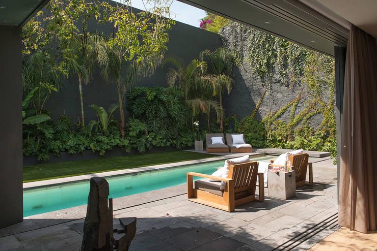 Casa Barrancas: Albercas de estilo minimalista por Ezequiel Farca