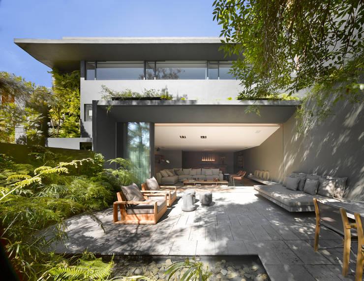 Casa Barrancas: Terrazas de estilo  por Ezequiel Farca