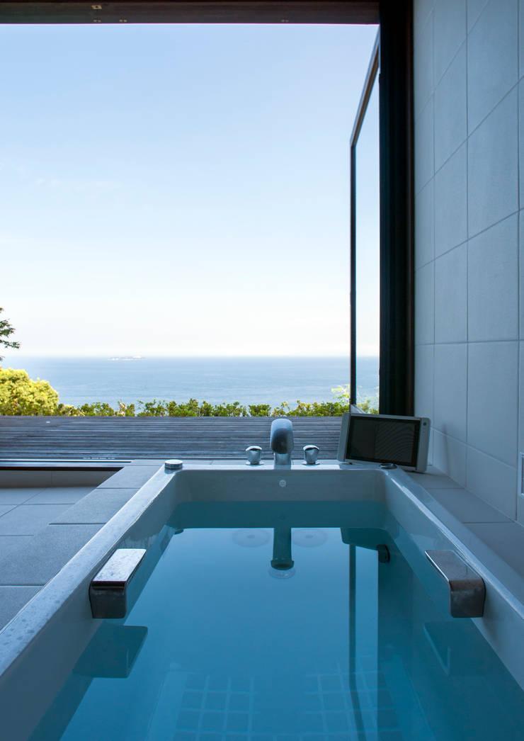 熱海の別荘: 井上洋介建築研究所が手掛けた浴室です。