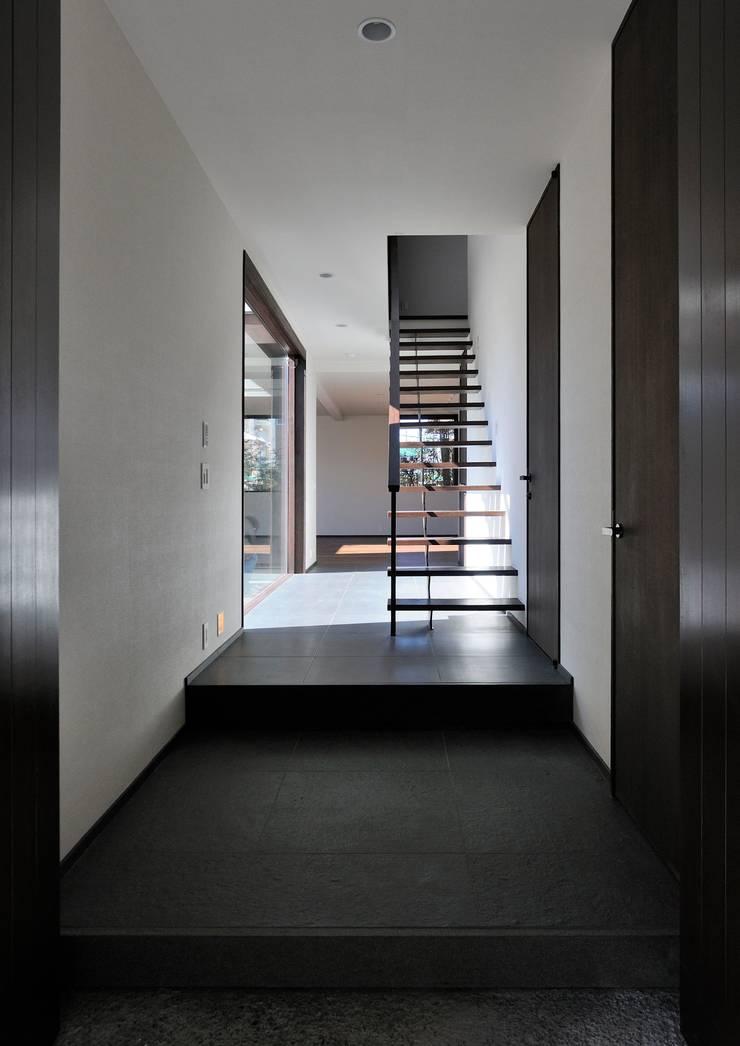 Pasillos y hall de entrada de estilo  por 井上洋介建築研究所, Moderno