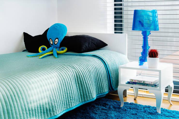 przestronny dom w kolorystyce black&white: styl , w kategorii Pokój dziecięcy zaprojektowany przez RedCubeDesign