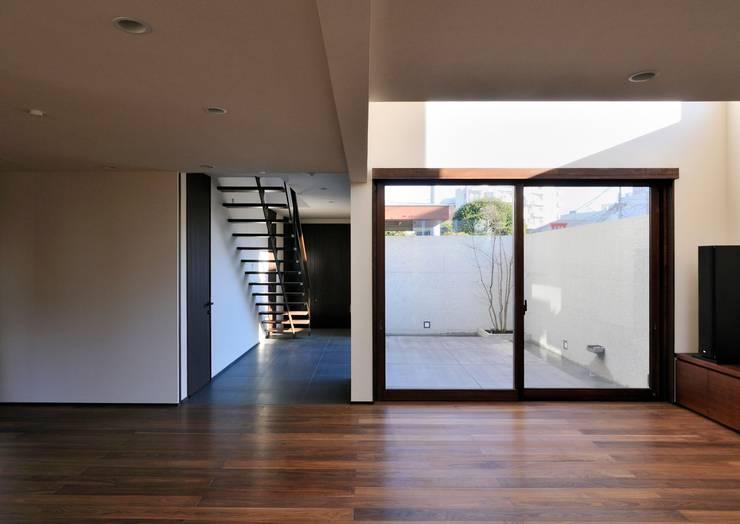 Salas / recibidores de estilo  por 井上洋介建築研究所, Moderno
