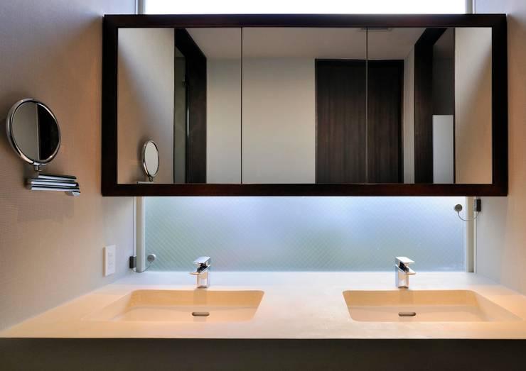 Baños de estilo  por 井上洋介建築研究所, Moderno