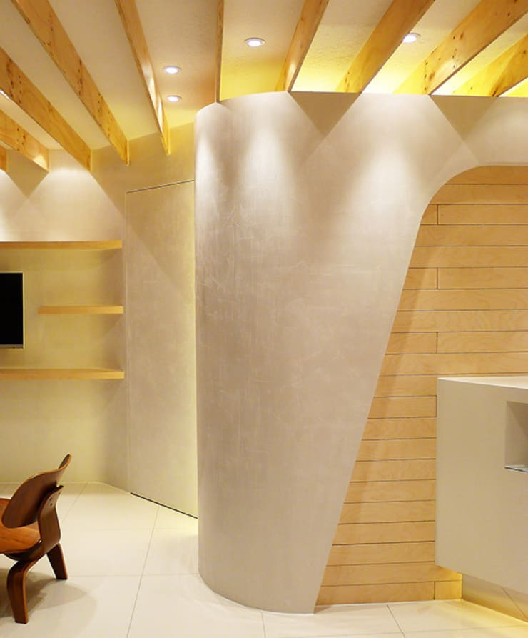 Curved white wall:  Walls by thinkTREE Architects and Partners