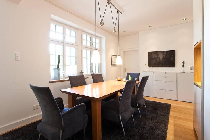 Sanierung Wohngebäude: klassische Esszimmer von xs-architekten