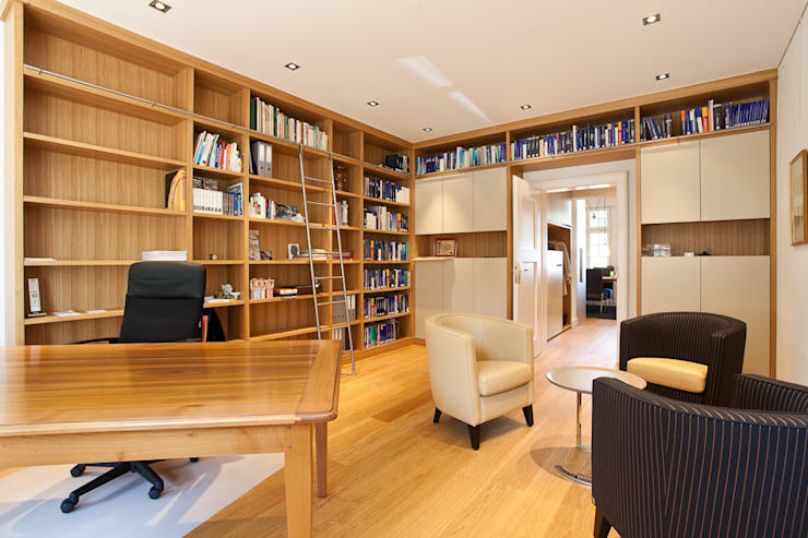 Sanierung Wohngebäude: klassische Arbeitszimmer von xs-architekten