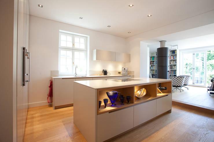 Sanierung Wohngebäude: klassische Küche von xs-architekten