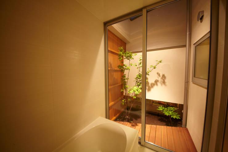 一宮の家: 一級建築士事務所 渡辺泰敏建築設計事務所が手掛けた浴室です。