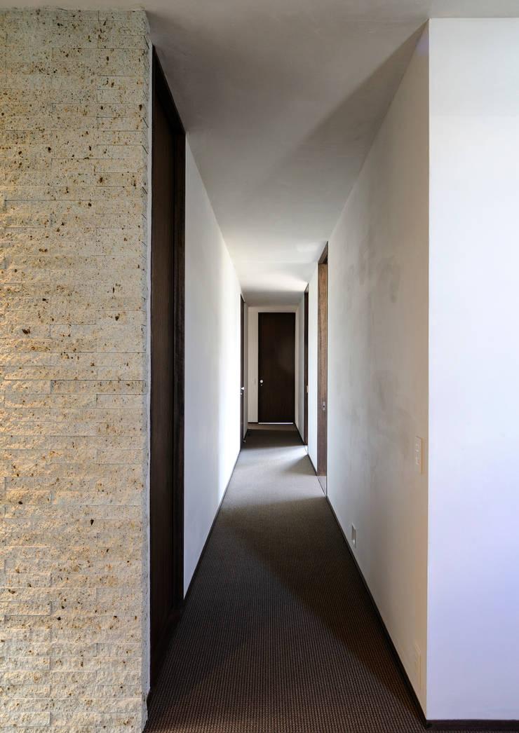 上野毛の住宅 renovation: 井上洋介建築研究所が手掛けた廊下 & 玄関です。