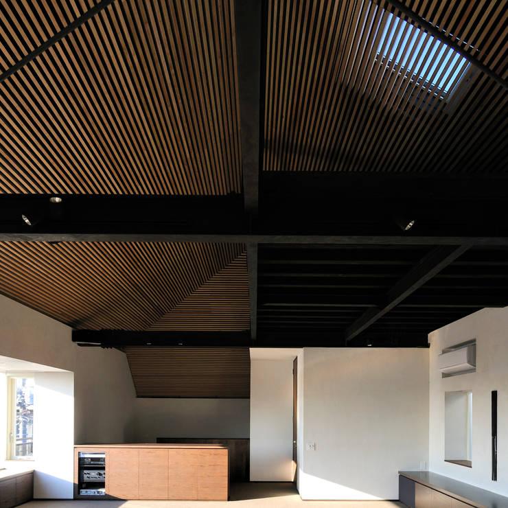 上野毛の住宅 renovation: 井上洋介建築研究所が手掛けたリビングです。