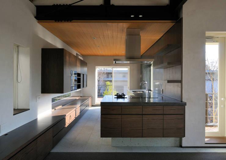 上野毛の住宅 renovation: 井上洋介建築研究所が手掛けたキッチンです。