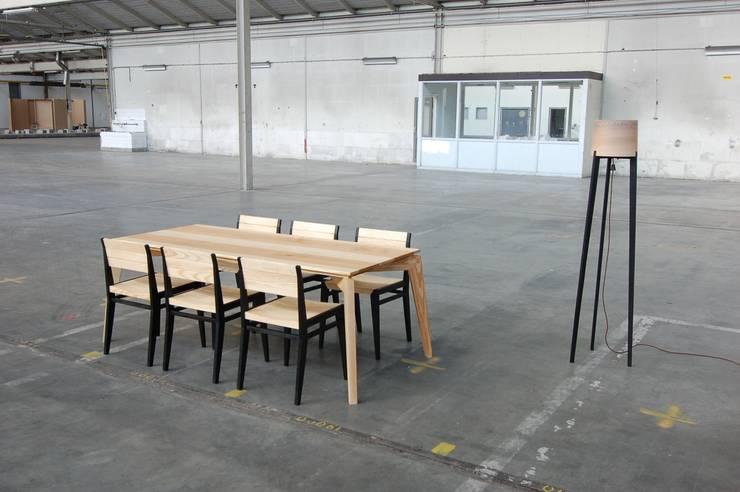 ES met stoelen:  Eetkamer door Atelier 4d