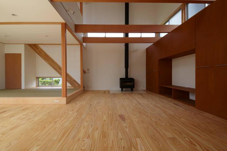 一宮の家: 一級建築士事務所 渡辺泰敏建築設計事務所が手掛けたリビングです。