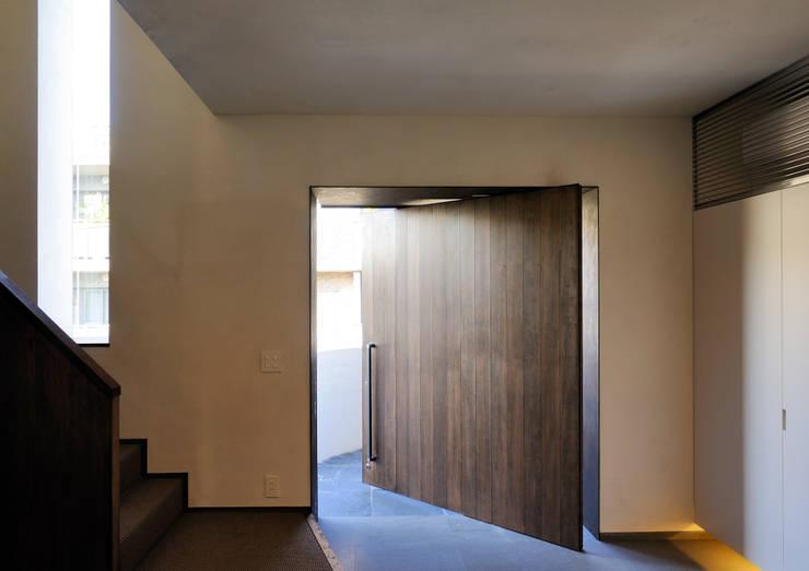 上野毛の住宅 renovation: 井上洋介建築研究所が手掛けた壁です。
